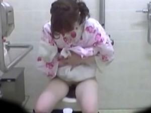 [オシッコ盗撮動画]夏祭り会場の仮設トイレに次々と入ってくる浴衣姿の素人ギャルのオシッコを隠しカメラ撮り!!