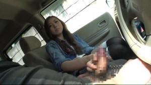 出会い系で知り合ったギャルを車に乗せチンポを見せつけて手コキフェラする姿を盗撮!