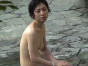 [リアル盗撮動画]野外女子風呂で全裸姿の美人妻や美形ギャルを望遠カメラで撮りまくった問題映像が流出した!