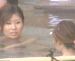 [風呂隠し撮り]セキュリティガバガバの露天風呂を撮影!入浴にきたギャルに狙いをつけてズーム撮影!!