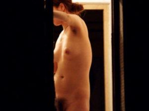 [民家盗撮]腋毛とマン毛茫々の女子大生が全裸でカーテンも閉めずにうろついてたので隠し撮り!