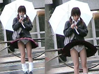 [画像あり]JK、若妻…無防備にパンチラしている素人女子たちの下着を逆さ撮り!!!