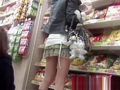 店内パンチラ盗撮!屈んでしゃがんで食い込みパンティーを撮られるミニスカギャル