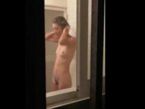 [盗撮動画]浴室の窓から美人お姉さんの全裸を覗き!敷地内不法侵入して撮影した危険すぎる映像!