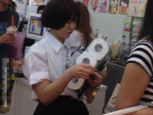 [盗撮動画]素人投稿パンチラ!!!トイレットペーパーを買いに来た制服JKの捩れパンティ!!!