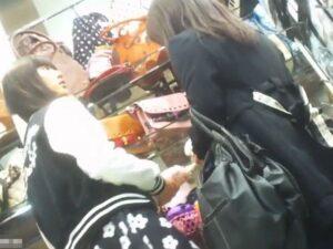 [盗撮動画]ヤバイやつ!ママとお買い物中のJC中◯生疑惑の美少女のパンチラを隠し撮りした映像!