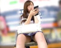 [正面JKパンチラ盗撮]駅のベンチに座るJKちゃんの股がパックリ開いて!?大股開きでパンツ丸見えノーガード状態。かわいい顔もチラりと覗き見できる神アングル♪[ShareVideos エロ動画]
